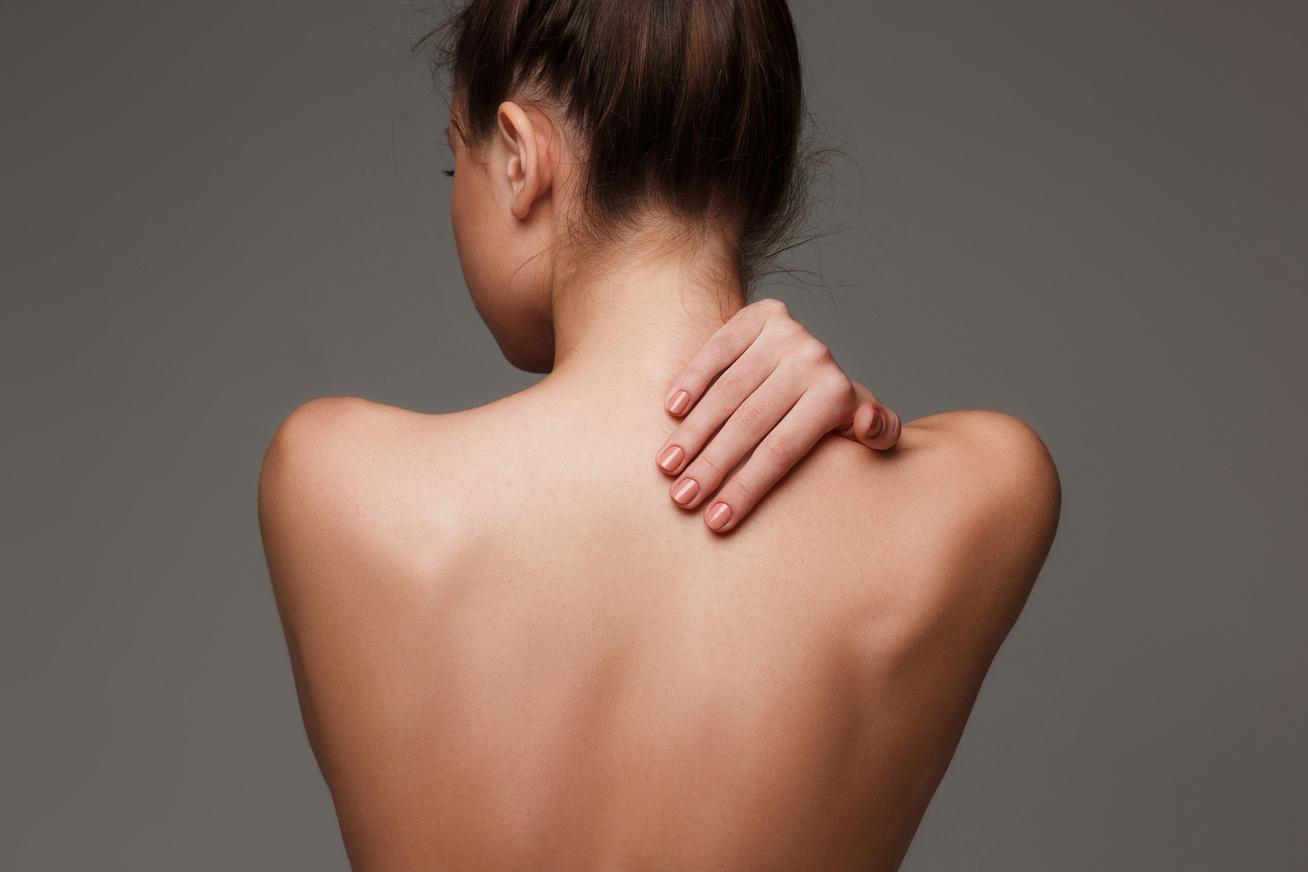 piros foltok a hát alsó részén és a karokon