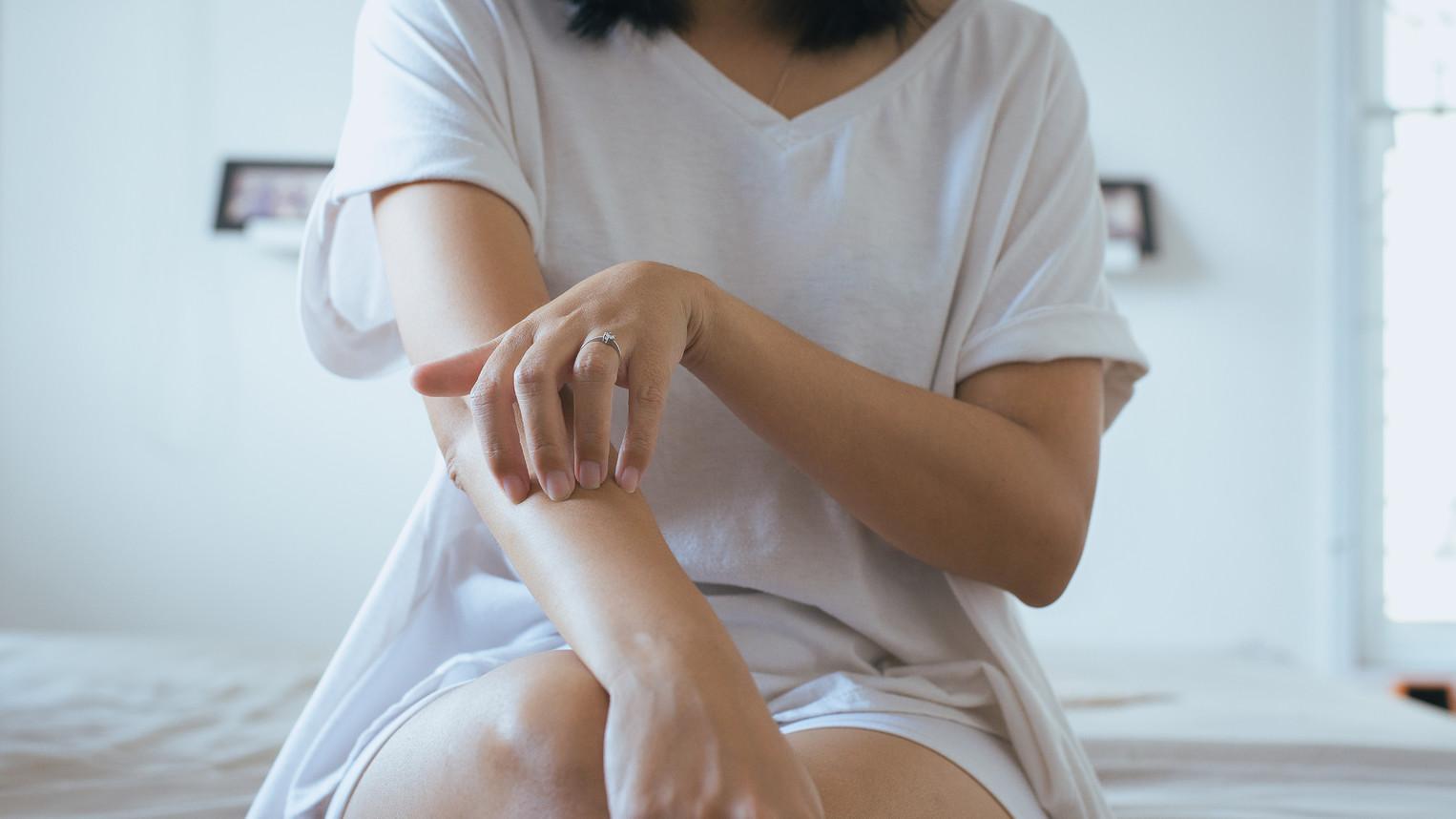 hogyan lehet pikkelysömör gyógyítani otthon könyökön